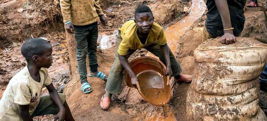 Children work at a mine in South Kivu in the Democratic Republic of the Congo. © UNICEF/Patrick Brown