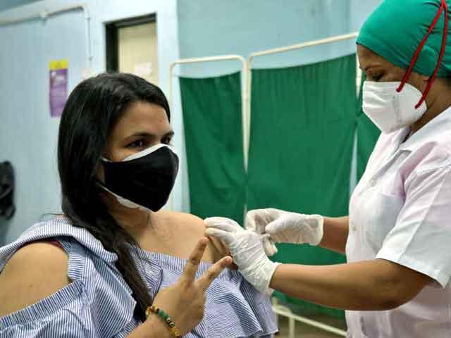 A nurse giving shot of CoviShield to a woman. Quartz Photo